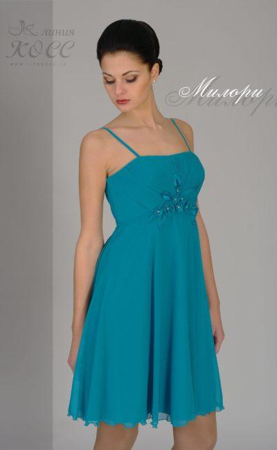 Короткое вечернее платье с бретелями-спагетти и завышенной талией.