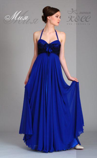 Длинное вечернее платье с завышенной талией и кружевным лифом.