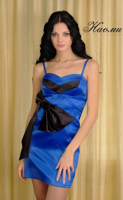 Атласное вечернее платье-футляр с узкими бретелями.