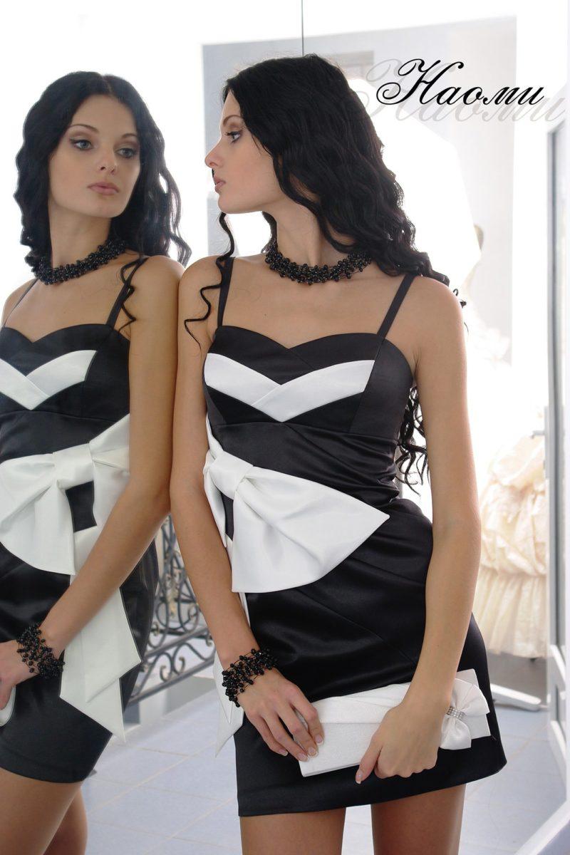 Стильное вечернее платье из контрастного атласа, с открытым лифом.