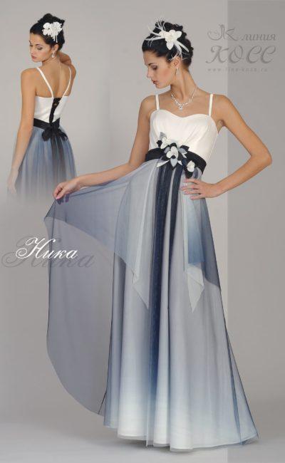 Прямое вечернее платье с узкими бретелями и контрастным декором.