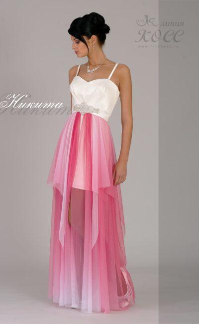 Вечернее платье с белым лифом и цветной юбкой с укороченным подолом.