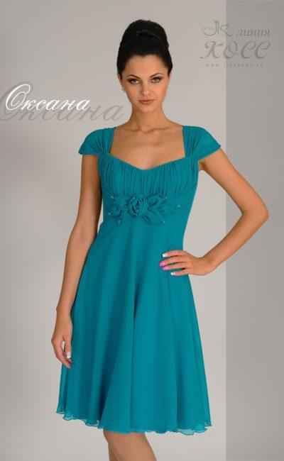 Стильное вечернее платье с коротким рукавом и романтичным декольте.