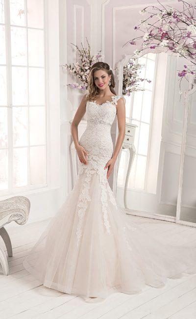 Чувственное свадебное платье цвета слоновой кости, с облегающим кроем и открытой спинкой.