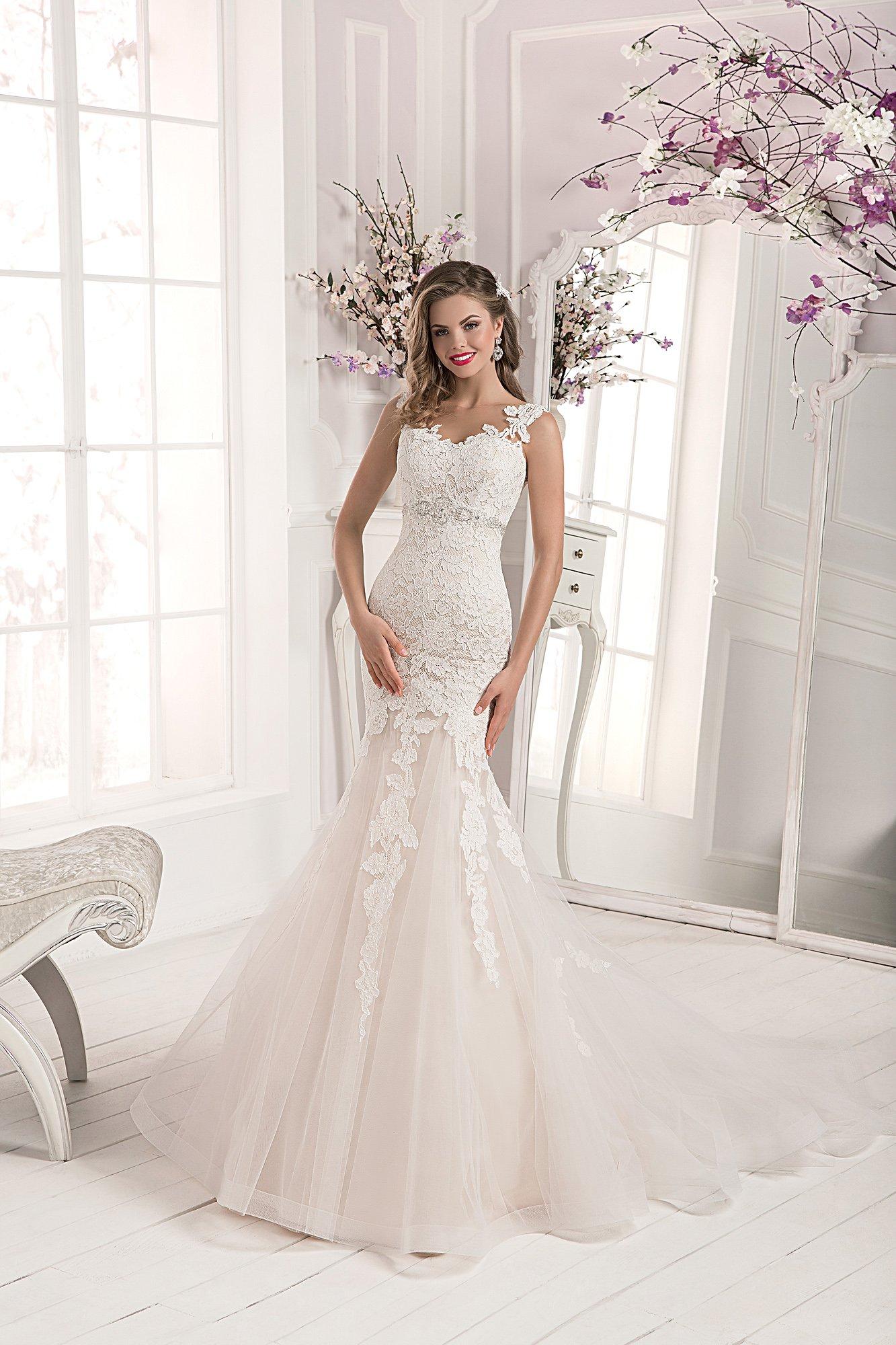 5ec0c3676b3bf8b Чувственное свадебное платье цвета слоновой кости, с облегающим кроем и  открытой спинкой.
