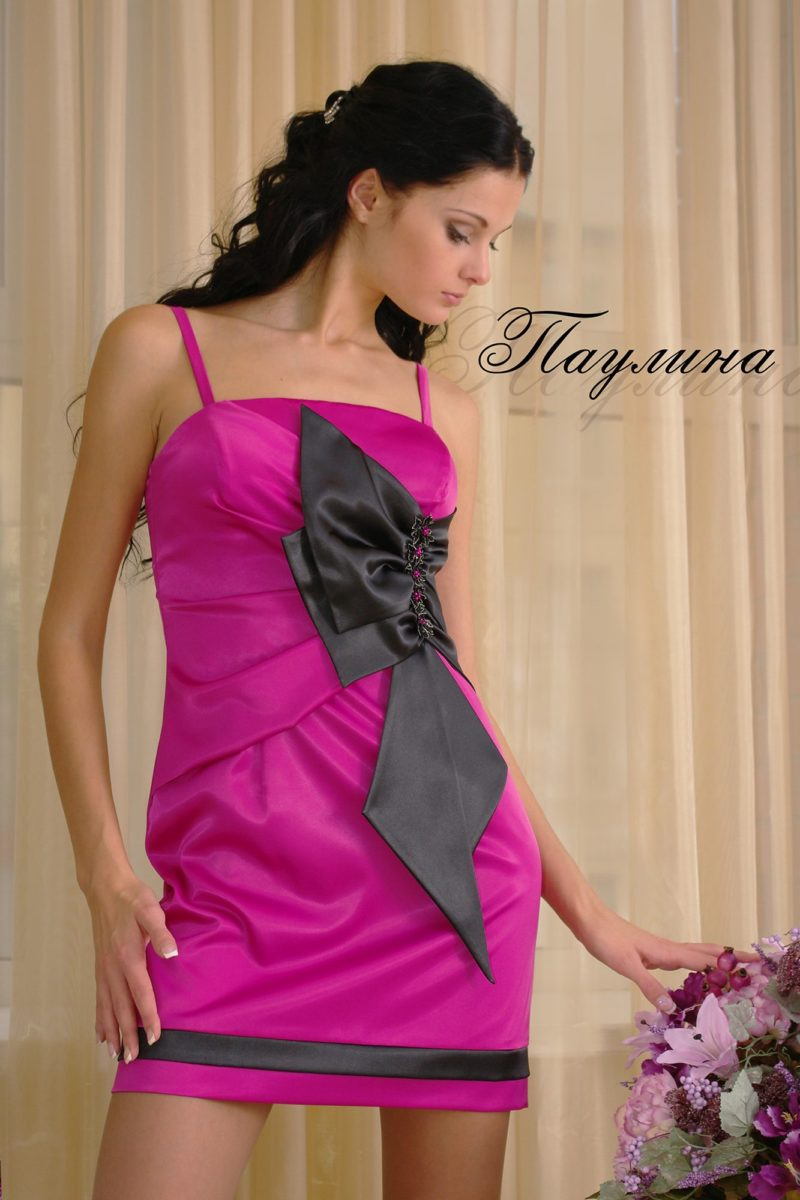 Атласное вечернее платье с выразительным бантом под лифом.