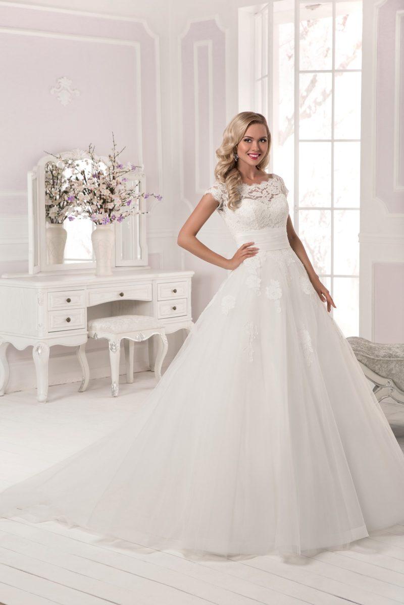 Закрытое свадебное платье с короткими кружевными рукавами, широким поясом и пышной юбкой.