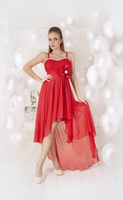 Оригинальное вечернее платье с укороченным спереди подолом и бантом на линии талии.
