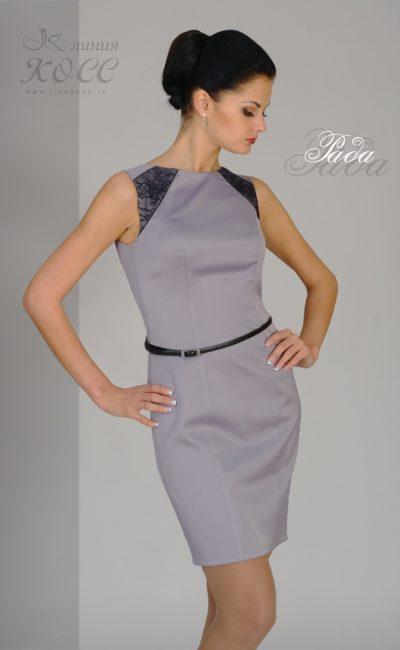 Элегантное вечернее платье с кружевом на рукавах и узким поясом.