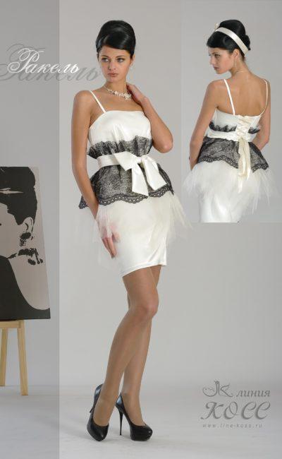 Белое вечернее платье с полосой черного кружева по линии талии.