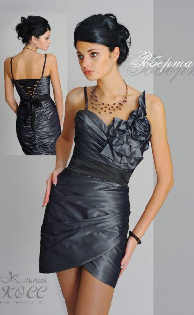 Короткое вечернее платье из эффектной глянцевой ткани.