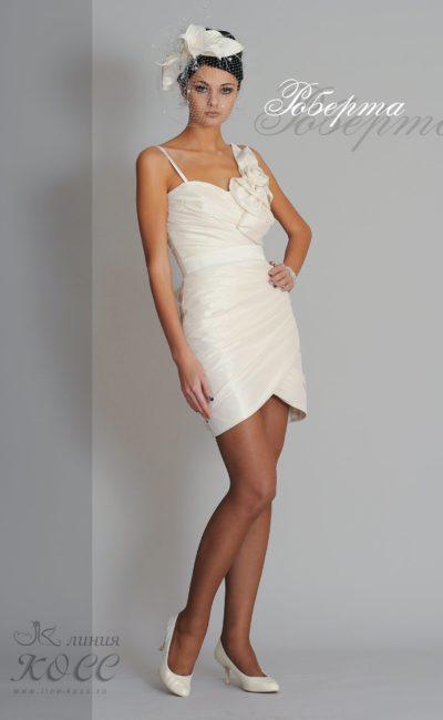 Атласное вечернее платье с объемной отделкой лифа.