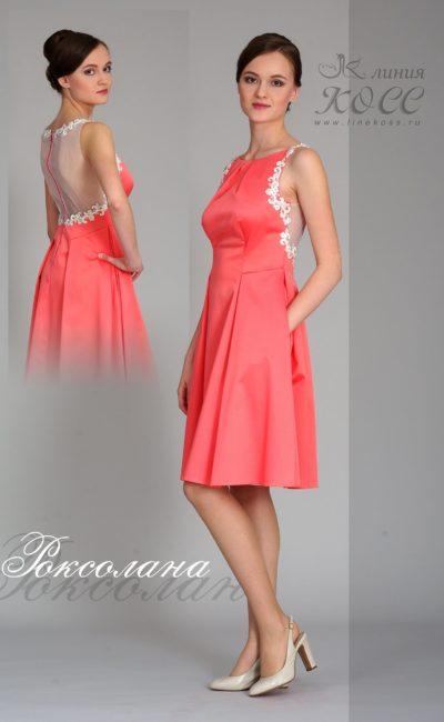 Короткое вечернее платье с полупрозрачной вставкой сзади.