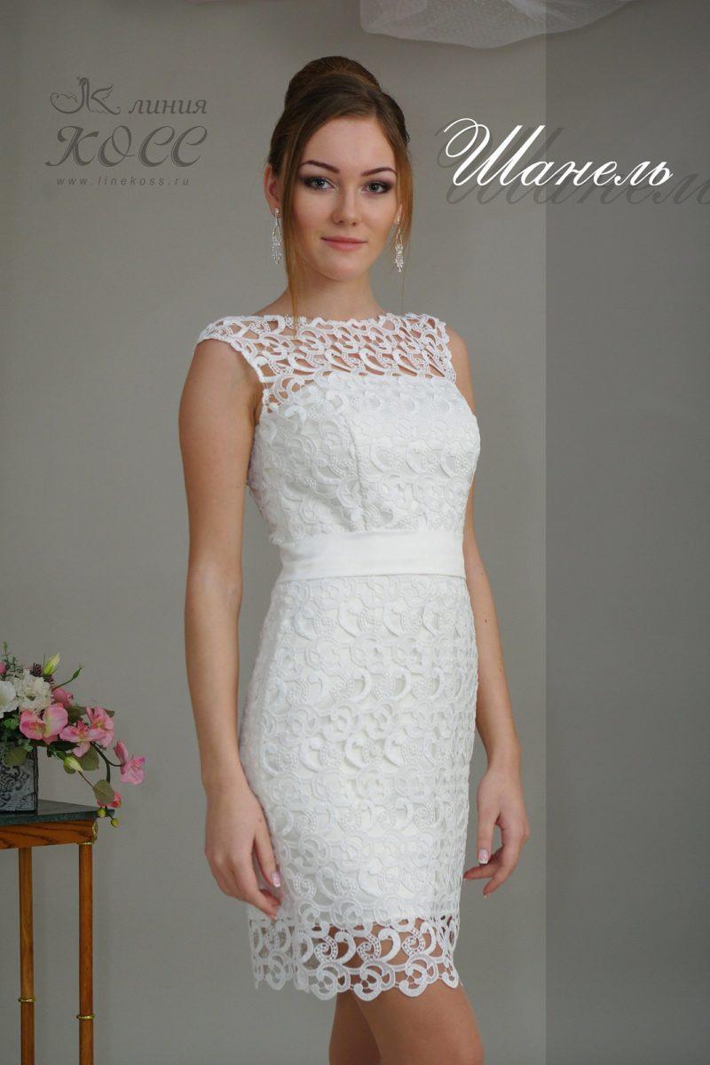 Белое вечернее платье-футляр с эффектной кружевной отделкой.