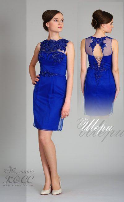 Синее вечернее платье до колена с блестящим декором лифа.