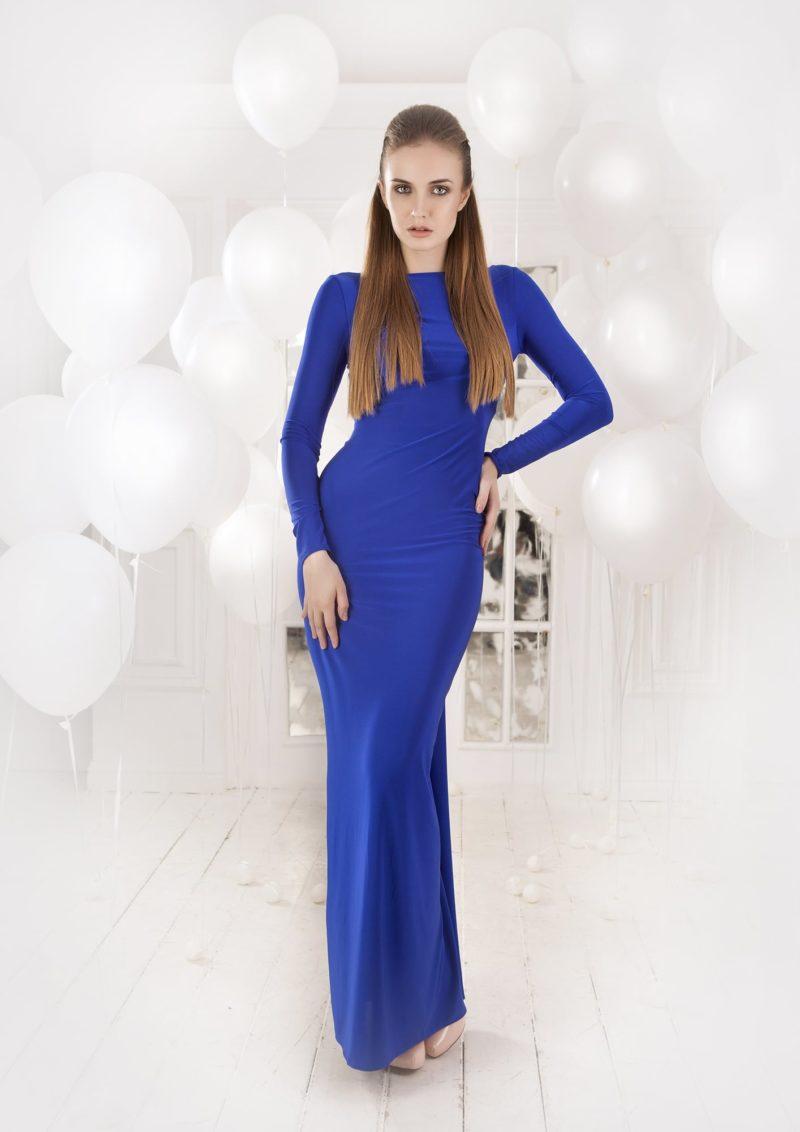 Прямое вечернее платье глубокого синего оттенка с открытой спинкой, декорированной шнуровкой.