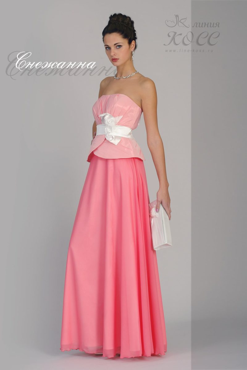 Прямое вечернее платье с небольшой баской и широким поясом.