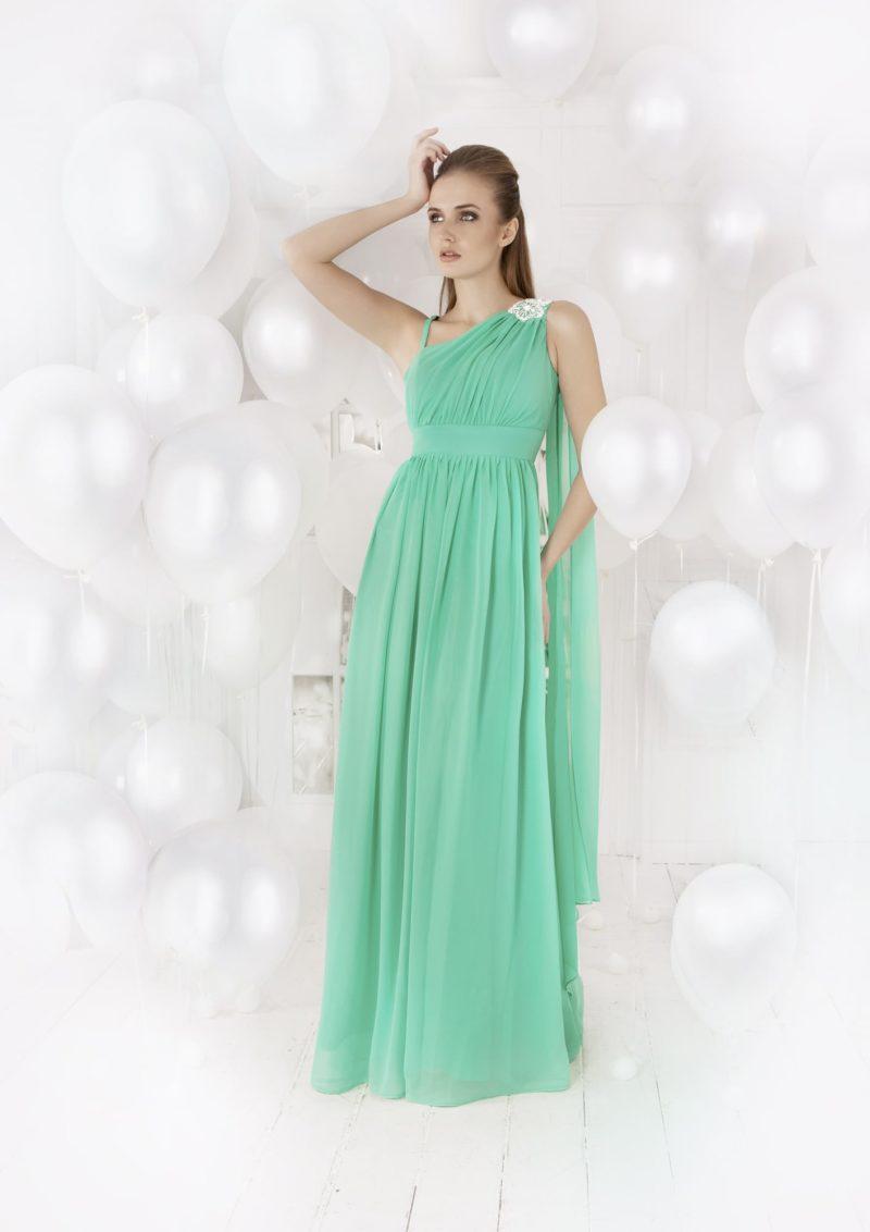 Женственное вечернее платье в ампирном стиле, с асимметричным верхом и широким поясом.