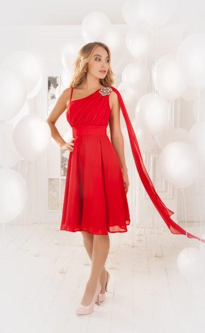 Элегантное вечернее платье с широким поясом и асимметричным верхом, украшенным вышивкой.