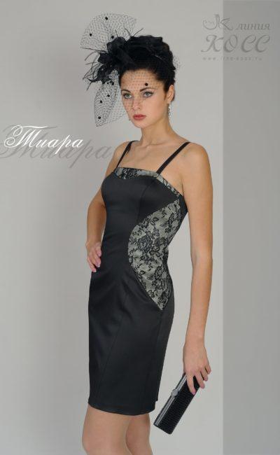 Атласное вечернее платье черного цвета с кружевным декором.