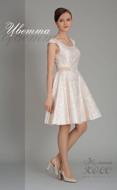 Золотистое вечернее платье из глянцевой ткани с цветочным узором.