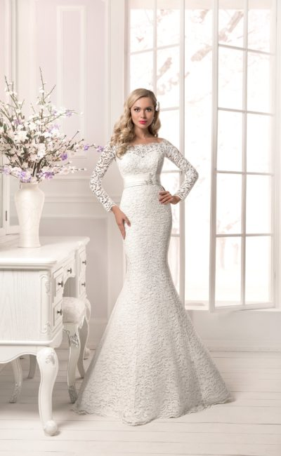 Фактурное свадебное платье облегающего кроя, с поясом на талии и длинными рукавами.