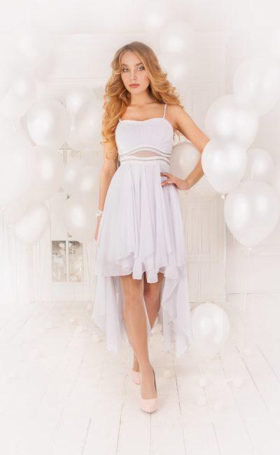Элегантное вечернее платье лилового цвета с укороченным подолом и тонкой вставкой на талии.