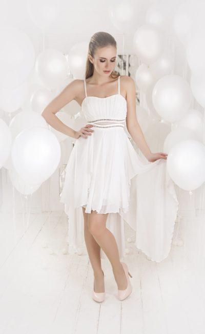 Короткое вечернее платье белого цвета с тонкой вставкой на талии и укороченным подолом.