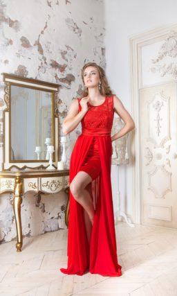 Стильное вечернее платье-футляр с полупрозрачной верхней юбкой и округлым декольте.