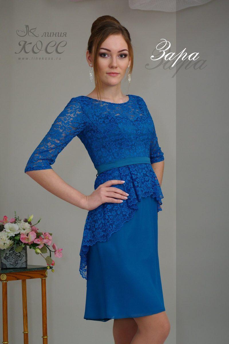Синее вечернее платье-футляр с короткой кружевной баской.