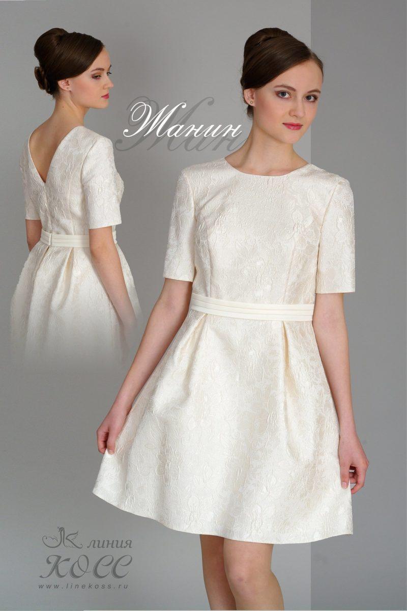 Фактурное вечернее платье с широким поясом и короткими рукавами.