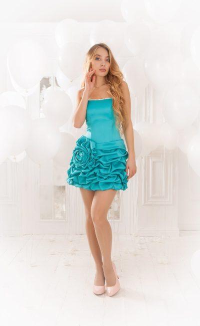 Кокетливое вечернее платье бирюзового цвета с короткой юбкой, украшенной оборками.