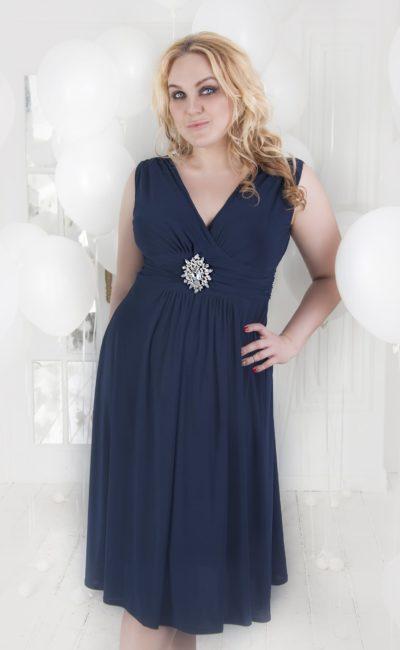 Изящное вечернее платье темного синего цвета с V-образным вырезом декольте.