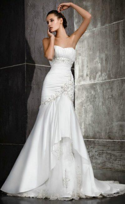 Фактурное свадебное платье «рыбка» с открытым лифом и отделкой полосами вышивки.
