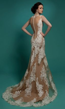 Прямое свадебное платье с бежевой подкладкой, драматично оформленной белыми аппликациями.