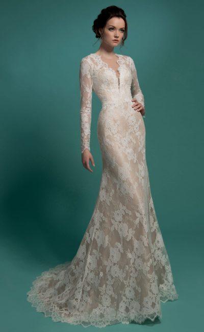 Кружевное свадебное платье облегающего кроя с глубоким декольте и длинными рукавами.