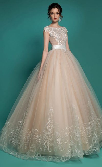 Очаровательное свадебное платье персикового цвета с широким поясом и кружевной отделкой.