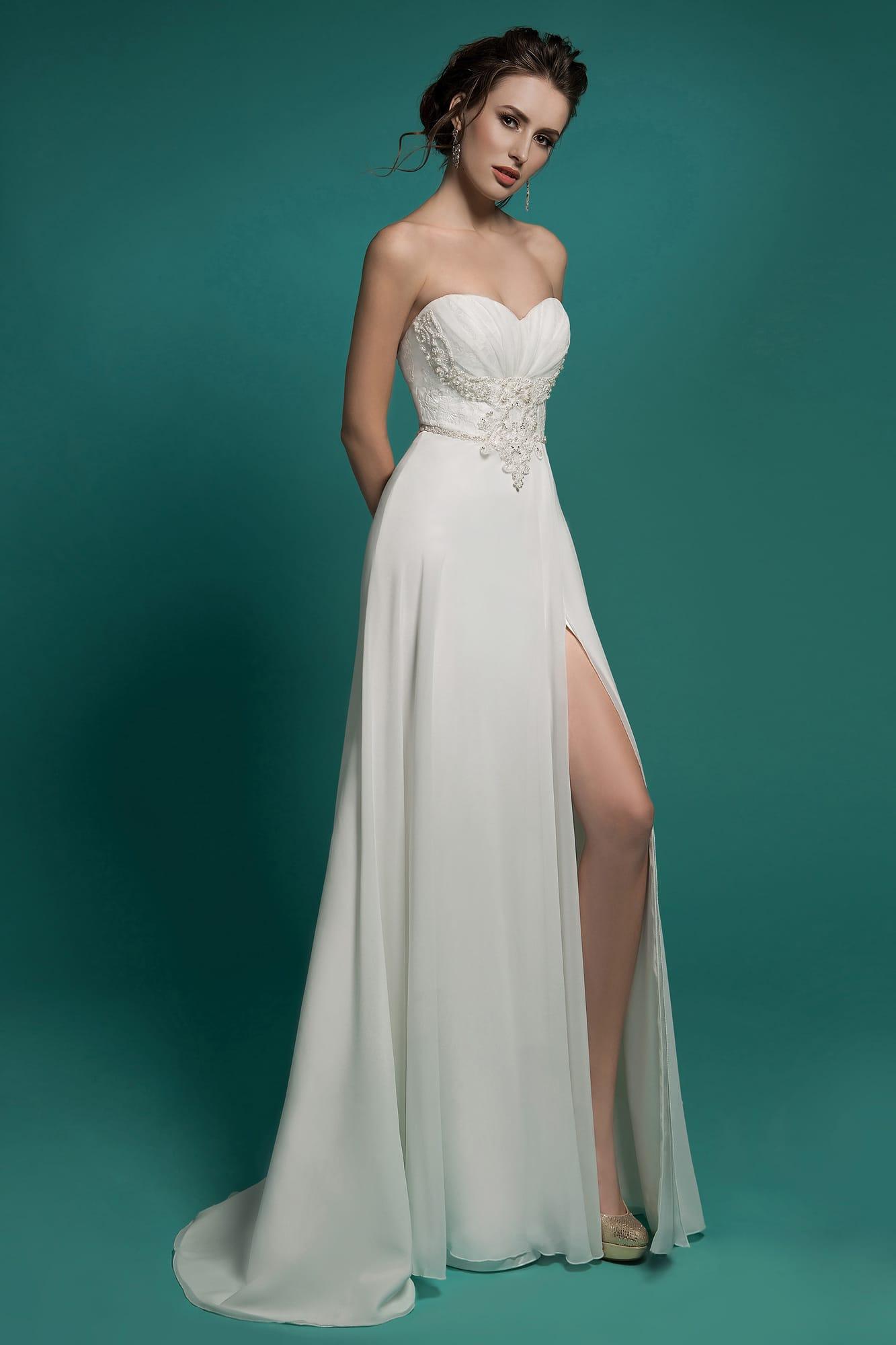 6b06f028227 Прямое свадебное платье с открытым лифом-сердечком и отделкой из драпировок  и аппликаций.