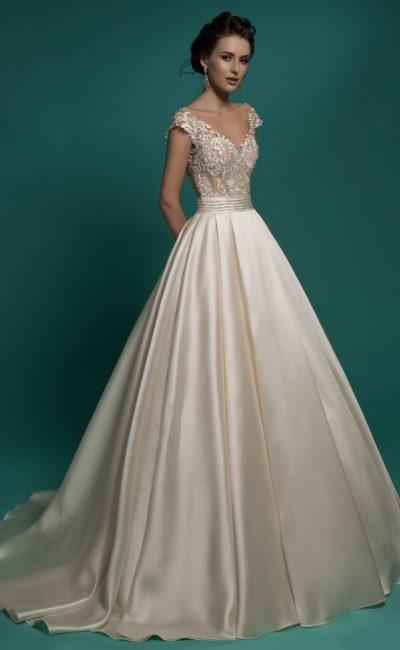 Роскошное свадебное платье с пышной атласной юбкой и бежевым кружевным корсетом.