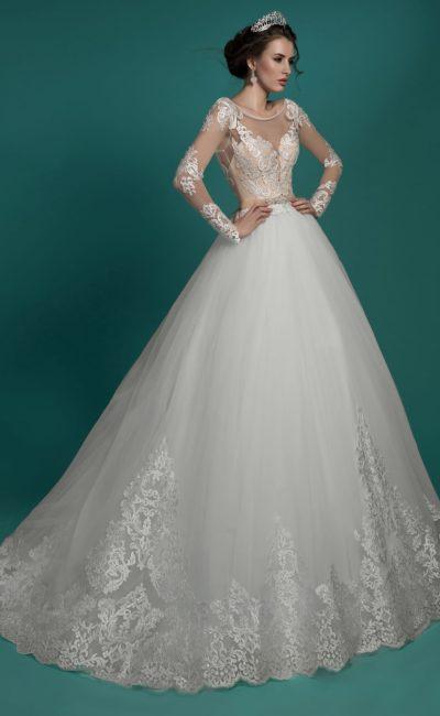 Торжественное свадебное платье с роскошной юбкой и полупрозрачными кружевными рукавами.