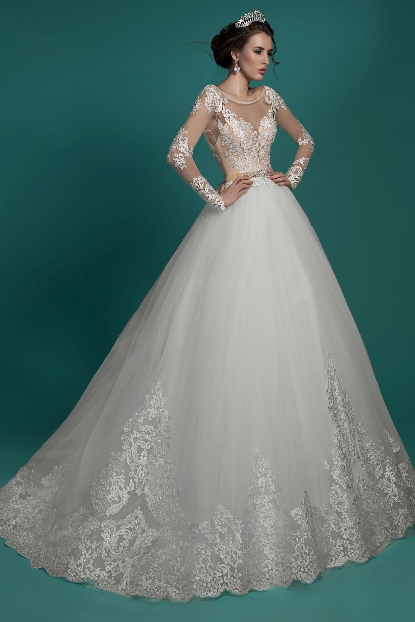 d2acabff9 Торжественное свадебное платье с роскошной юбкой и полупрозрачными  кружевными рукавами.