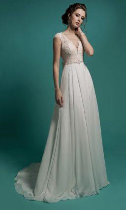 Сдержанное свадебное платье прямого кроя с кружевным лифом с глубоким вырезом декольте.