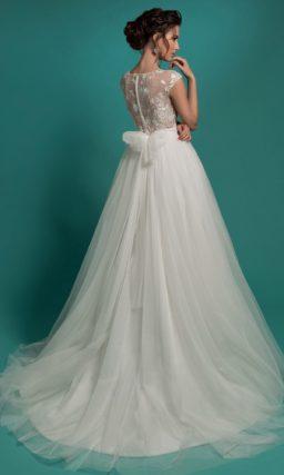Пышное свадебное платье с соблазнительным лифом из полупрозрачной ткани с кружевным декором.