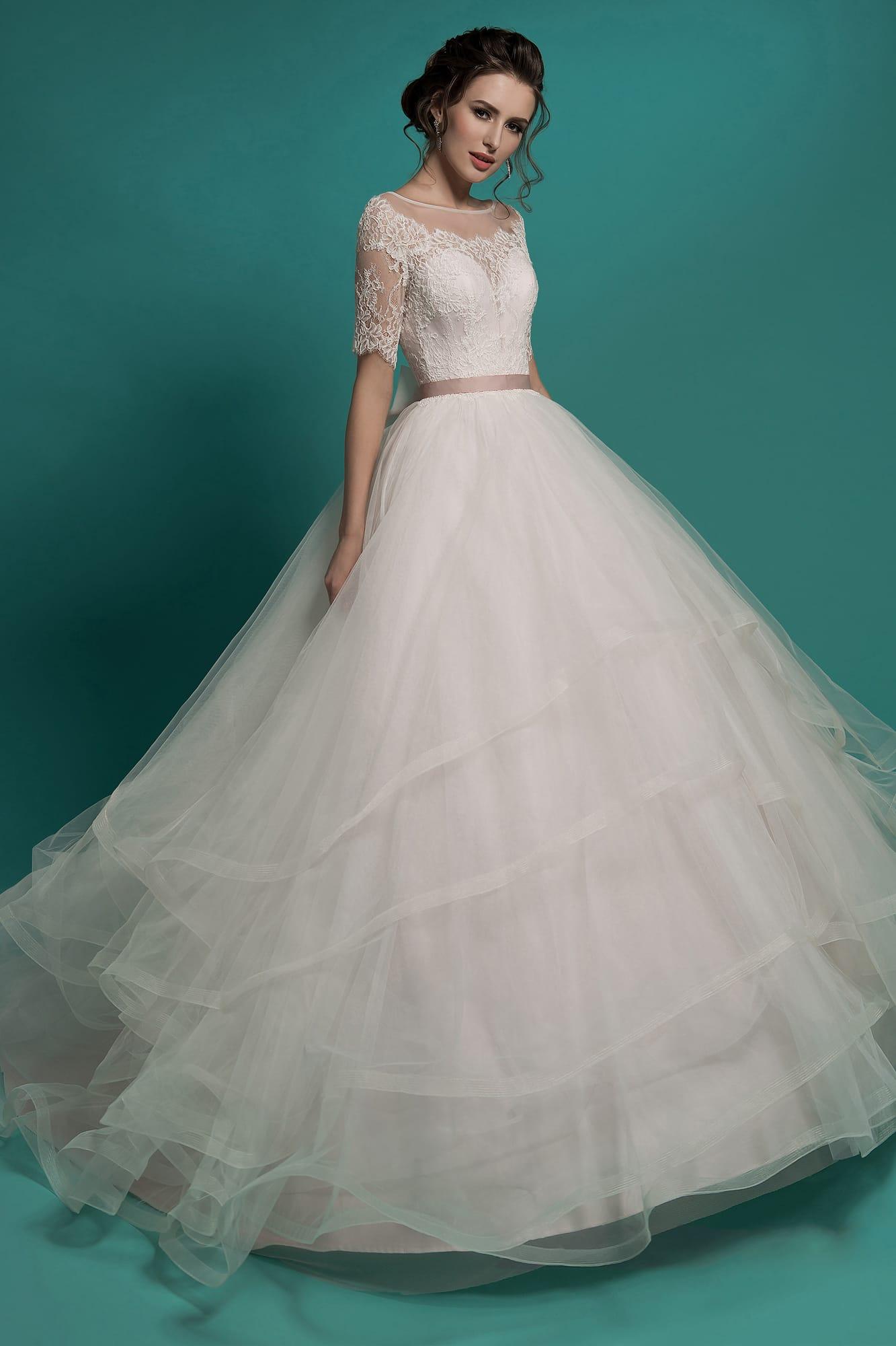 e8f90d94da8 Пышное свадебное платье с округлым вырезом и многоярусной юбкой с объемным  шлейфом.
