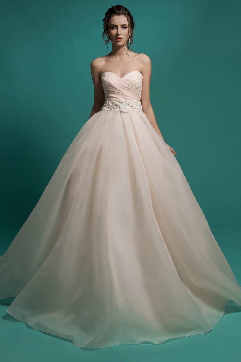 Великолепное свадебное платье оттенка слоновой кости с роскошными драпировками по корсету.