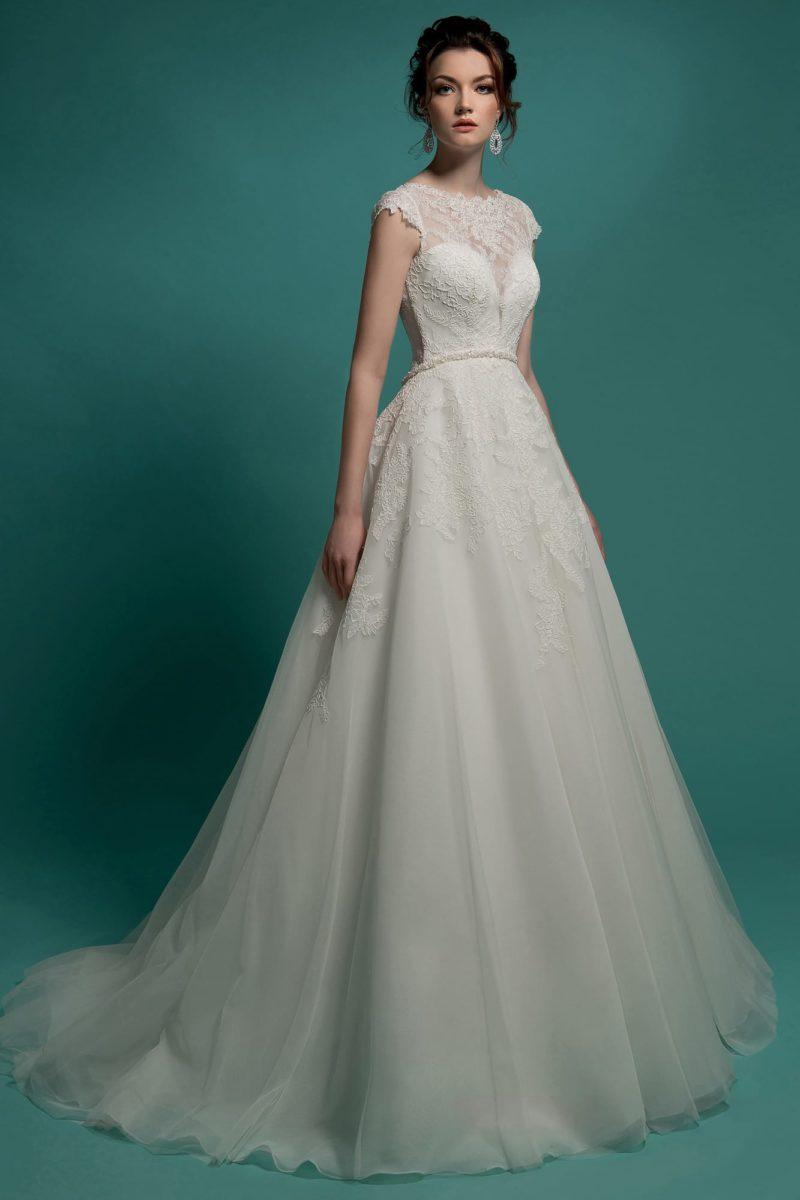 Закрытое свадебное платье «принцесса» с кружевной отделкой верха и оригинальным узким поясом.