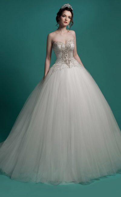 Пышное свадебное платье с многослойным низом и сияющим бисерной вышивкой корсетом.