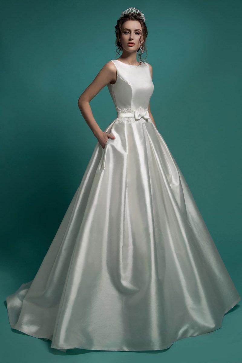 Стильное свадебное платье из атласной ткани, с закрытым лифом и юбкой силуэта «принцесса».