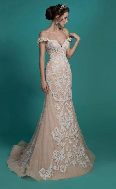 Бежевое свадебное платье чувственного силуэта с отделкой белыми аппликациями.