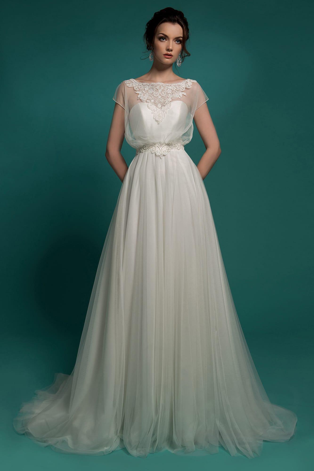 6df704fe750 Очаровательное свадебное платье пышного кроя с полупрозрачной отделкой  верха с округлым вырезом.